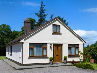 KILNANARE HOUSE, traditional, single-storey detached cottage, open fire, woodburner, lawned gardens, near Killarney, Ref 915137 - Castlegregory vacation rentals