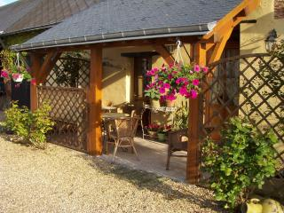 Quiet Bijou 2 Bed Original Country Cottage Relax - Mouliherne vacation rentals