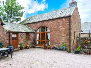 COBBLESTONE BARN, detached, multi-fuel stove, en-suite, village location, in Melmerby, Ref 914694 - Melmerby vacation rentals