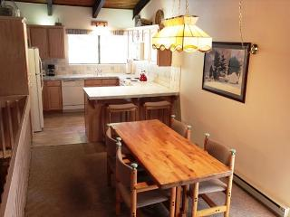 2/2, Walk to Mammoth Mountain's Canyon Lodge, Sleeps 6 - Mammoth Lakes vacation rentals