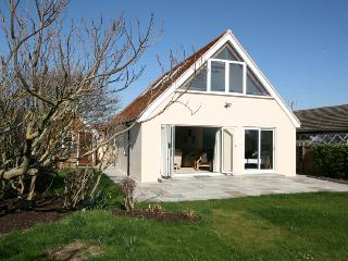 Cozy 2 bedroom Bungalow in East Wittering with Deck - East Wittering vacation rentals