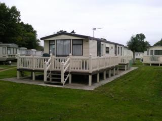 Nice Caravan/mobile home with Deck and Internet Access - New Milton vacation rentals