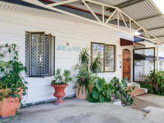 dog'n'me holiday cottage - Surfers Paradise vacation rentals