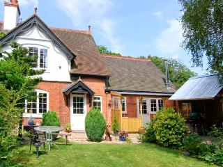 GROVE BANK COTTAGE, brick-built cottage, all ground floor, multi-fuel stove, parking, garden, in Craven Arms, Ref 905936 - Orleton vacation rentals