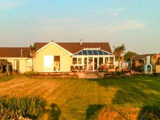 SKYGAZER'S REST, detached, single-storey, woodburner, hot tub, sea views, garden, in Morwenstow, Ref 913822 - Cornwall vacation rentals