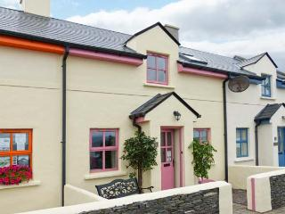 WATCH HOUSE COTTAGE, mid-terrace, on harbour, pet-friendly, WiFi, in Knightstown, Ref 915397 - Valentia Island vacation rentals