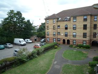 1 Bed apartment (J) London 15 min.  to City Centre - London vacation rentals