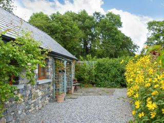 LARKSIDE COTTAGE, cosy cottage in country location, patio and shared gardens, close to Kilkenny city, Ref 915392 - Thurles vacation rentals
