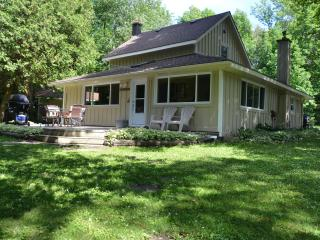 Cozy Sauble Beach vacation Cottage with Deck - Sauble Beach vacation rentals