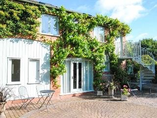 THE HAYLOFT, cosy apartment, walks from door, ideal touring base, near Worcester, Ref 22292 - Worcestershire vacation rentals