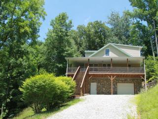 RIVER 3 MIN 4/2 POOL TABLE, COVERED DECK, KING BR - Burnsville vacation rentals