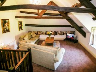 STABLE COTTAGE, character thatched cottage with king-size bed, large grounds, close to coast, in Roadwater, near Watchet, Ref 91 - Exmoor National Park vacation rentals
