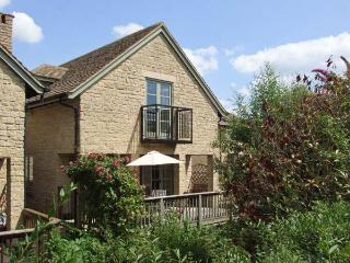 BRIDGE HOUSE, WiFi, woodburner, pet-friendly cottage with en-suites & access to pool, fishing, sailing, Cotswolds, Ref. 915721 - Somerford Keynes vacation rentals
