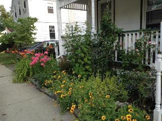 3 Bedroom + loft, den, 2 bath and gardens! Near co - Newton vacation rentals