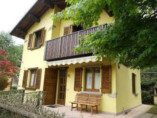 Cozy 2 bedroom Piazza Brembana Villa with Deck - Piazza Brembana vacation rentals