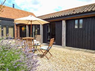 COURTYARD BARN 2, single-storey barn conversion, pet-friendly, patio, parking, near Coltishall, Ref 913889 - Coltishall vacation rentals