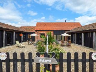 COURTYARD BARN 1, single-storey cottage, pet-friendly, off road parking, WiFi, near Coltishall, Ref 914263 - Coltishall vacation rentals