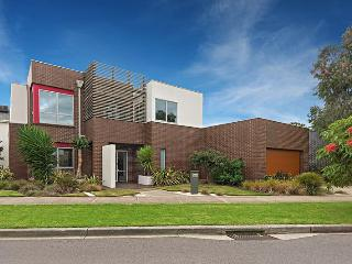 SPACIOUS, MODERN - CLOSE TO CITY - Melbourne vacation rentals