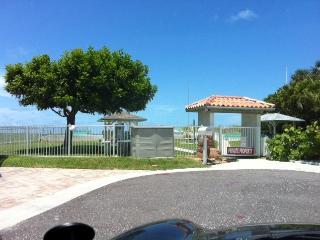 SUPER SPRING SAVINGS!  ~SUPER CUTE~  REDINGTON SHORES!...STEPS TO BEACH! - Redington Shores vacation rentals