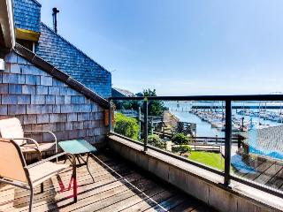 Luxury bayfront condo w/ gorgeous views, shared hot tub & pool - dogs ok! - Newport vacation rentals