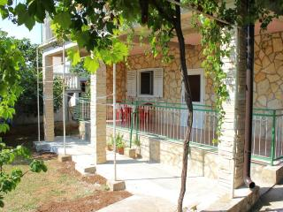 Sea and sun with terrace and garden - Betina vacation rentals