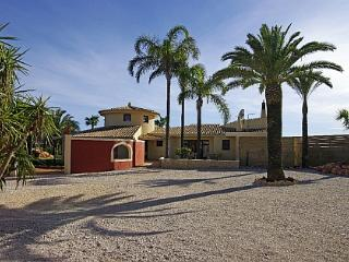 Beautiful villa, near Golfcourts. Ideal for golfers. - Estombar vacation rentals
