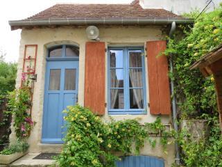 Charmante maison de ville avec jardin : Calme, Charme à 40 min du Mans - Mamers vacation rentals
