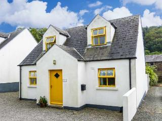 WOODLAWN, detached cottage, open fire, centre of coastal village, in Arthurstown, Ref 915722 - Arthurstown vacation rentals