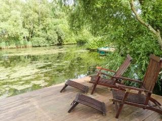 4 ELM DRIVE, lodge with hot tub, by lake, on-site facilities inc. swimming pool, Tattershall Ref 916145 - Tattershall vacation rentals