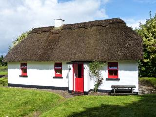 7 TIPPERARY THATCHED COTTAGE, quaint cottage with WiFi, fire, ground floor bedroom, in Puckane, Ref. 915742 - Coolbawn vacation rentals