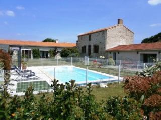 Longère de 1800 avec piscines, proche côte de Jade - Saint Viaud vacation rentals