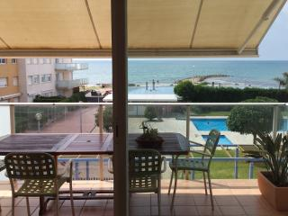 Nice beachfront apartment with swimming-pool - Cubelles vacation rentals