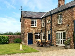MELGATE COACH HOUSE, woodburners, freestanding bath, character features, in Slingsby, Ref. 30988 - Coneysthorpe vacation rentals