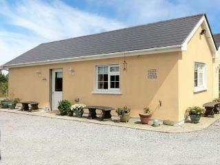 RUAH COTTAGE, detached, all ground floor, gardens, romantic retreat, near Listowel, Ref 904966 - Templeglantine vacation rentals