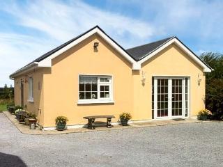 RUAH COTTAGE, detached, all ground floor, gardens, romantic retreat, near Listowel, Ref 904966 - Listowel vacation rentals
