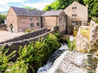 THE MALTHOUSE, en-suite facilities, feature beams and stonework, WiFi, garden and mill pond, in Cromford, Ref 17888 - Cromford vacation rentals