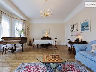 Beautiful 2 bed Victorian apartment - Sleeps 5 - Warwick Road, Kensington - London vacation rentals