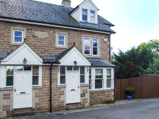2 KNOWLESTON HOUSE, townhouse, over three floors, en-suites, parking, courtyard, in Matlock, Ref 913293 - Bakewell vacation rentals