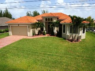 Villa Del Cabo - 3 Bedrooms, Den, 2.5 Baths, Electric Heated Pool, Gulf Access, Boat Lift - Cape Coral vacation rentals
