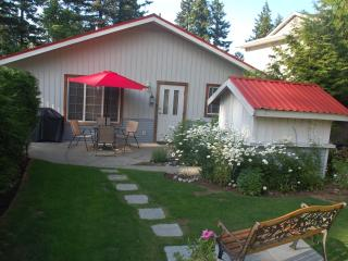 Adorable Cottage in Comox with Grill, sleeps 4 - Comox vacation rentals
