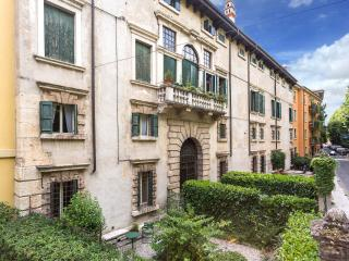 Spacious and historic 3rooms apartment with garden - Verona vacation rentals