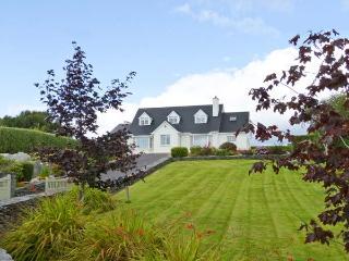BIRCH TREE COTTAGE, detached family cottage, multi-fuel stove, Jacuzzi bath, lawned gardens, in Castletownbere, Ref 912154 - Castletownbere vacation rentals