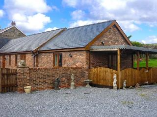 THE COWSHED, relaxing retreat, WiFi, extra warmth from electric fire, near St. Clears, Ref 915497 - Saint Clears vacation rentals