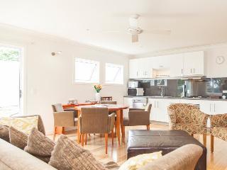 2 bedroom Condo with Internet Access in Brisbane - Brisbane vacation rentals