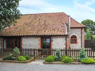 WOODMANS BARN, woodburning stove, exposed stonework, patio with furniture, near Cromer, Ref 905404 - Cromer vacation rentals