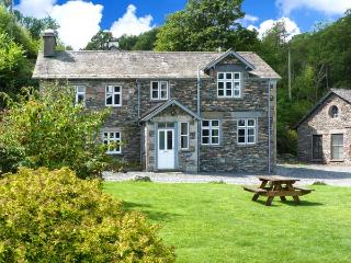 MILL COTTAGE, pet-friendly, 5000 acres of shared grounds with fishing, pool, play area, in Graythwaite, Ref. 914069 - Hawkshead vacation rentals