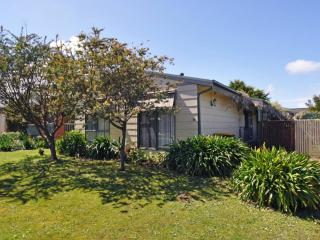 COTTAGE ON THE GREEN - PET FRIENDLY - Inverloch vacation rentals