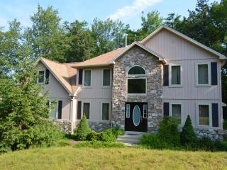 Beautiful Home-4bd, hot tub w/iPhone, pool table - Pocono Pines vacation rentals