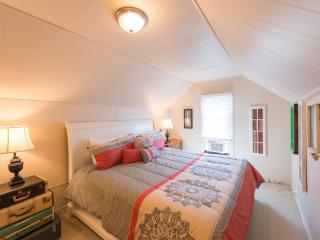 Bright Niagara Falls vacation House with Internet Access - Niagara Falls vacation rentals