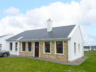LAKESIDE, open fire, en-suite facilities, lawned garden, pet-friendly, in Keel, Ref 912087 - Achill Island vacation rentals